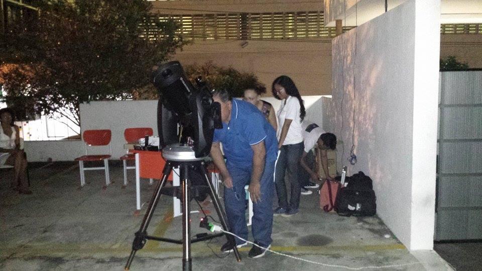 """O secretário municipal de Educação, Kleber Montezuma , participando da observação astronomica - O projeto """"De Olho no Céu de Teresina"""" é desenvolvido pelo IFPI-DIREX/THC/GSS. Crédito: Danilo Alefe."""