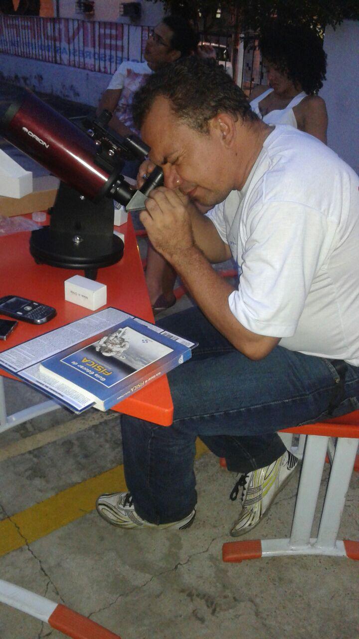 """Francisco Peixoto, fazendo observação – O projeto """"De Olho no Céu de Teresina"""" é desenvolvido pelo IFPI-DIREX/THC/GSS. Crédito: Danilo Alefe."""