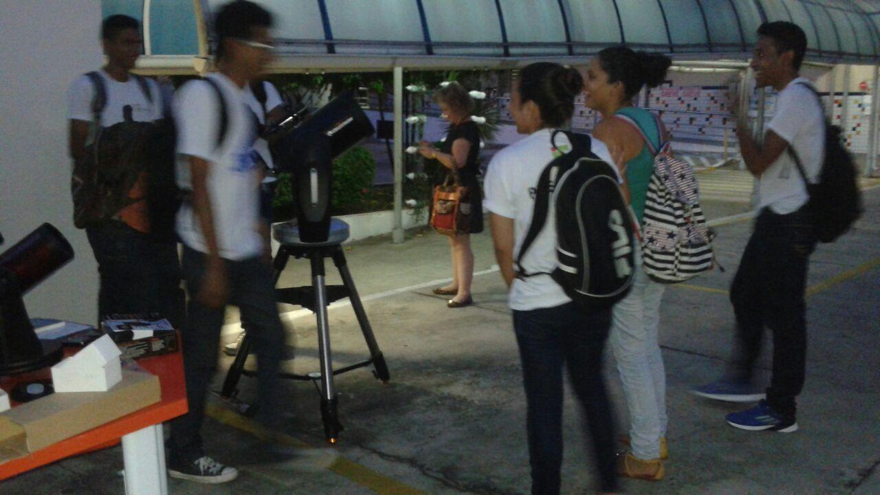 """Estudantes participando da observação – O projeto """"De Olho no Céu de Teresina"""" é desenvolvido pelo IFPI-DIREX/THC/GSS. Crédito: Danilo Alefe."""
